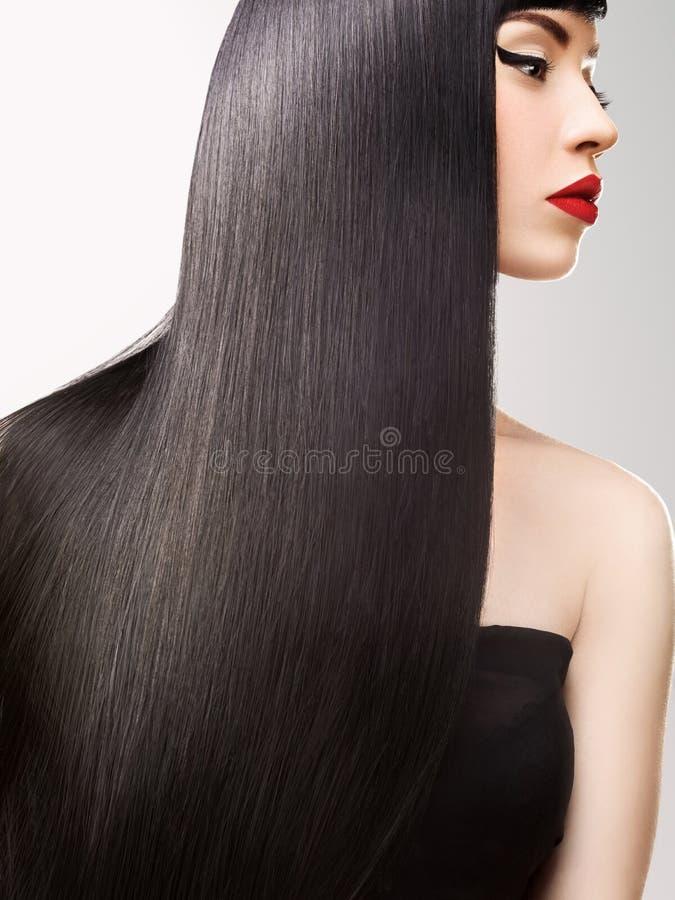 Piękna brunetki dziewczyna. Zdrowy Długie Włosy. Czerwone wargi zdjęcia royalty free