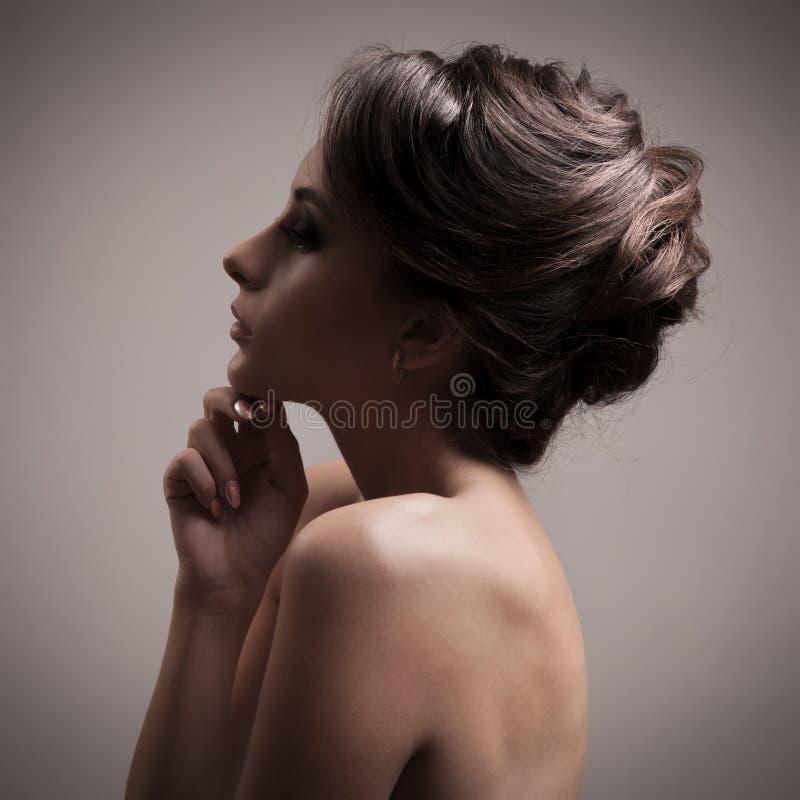 Piękna brunetki kobieta. Retro moda wizerunek. zdjęcia royalty free