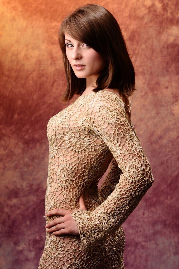 Piękna brunetki kobieta w wieczór sukni obraz royalty free