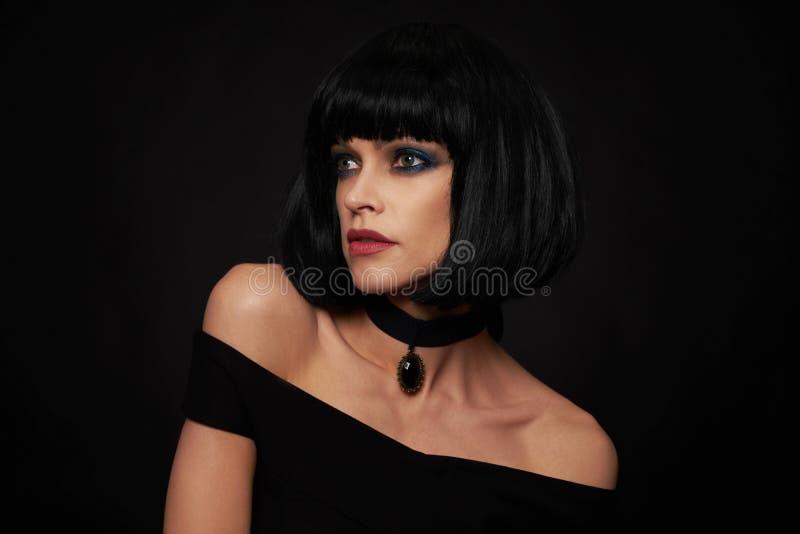 Piękna brunetki kobieta z kare fryzurą zdjęcie royalty free
