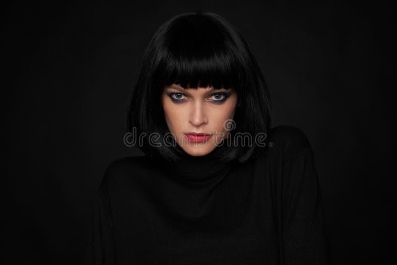 Piękna brunetki kobieta z kare uczesaniem fotografia stock