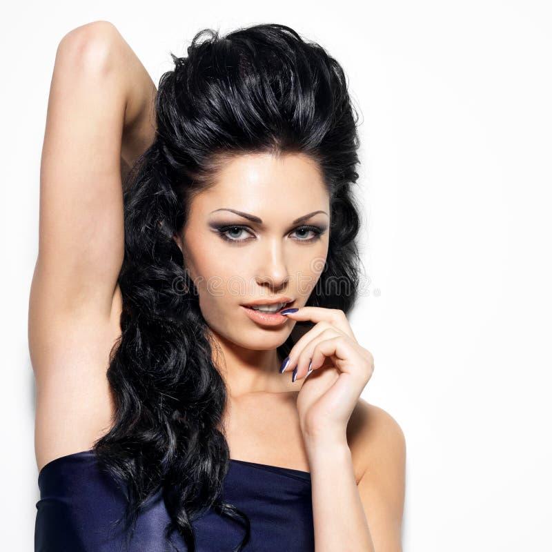 Piękna brunetki kobieta z zmysłowość znakiem obraz stock