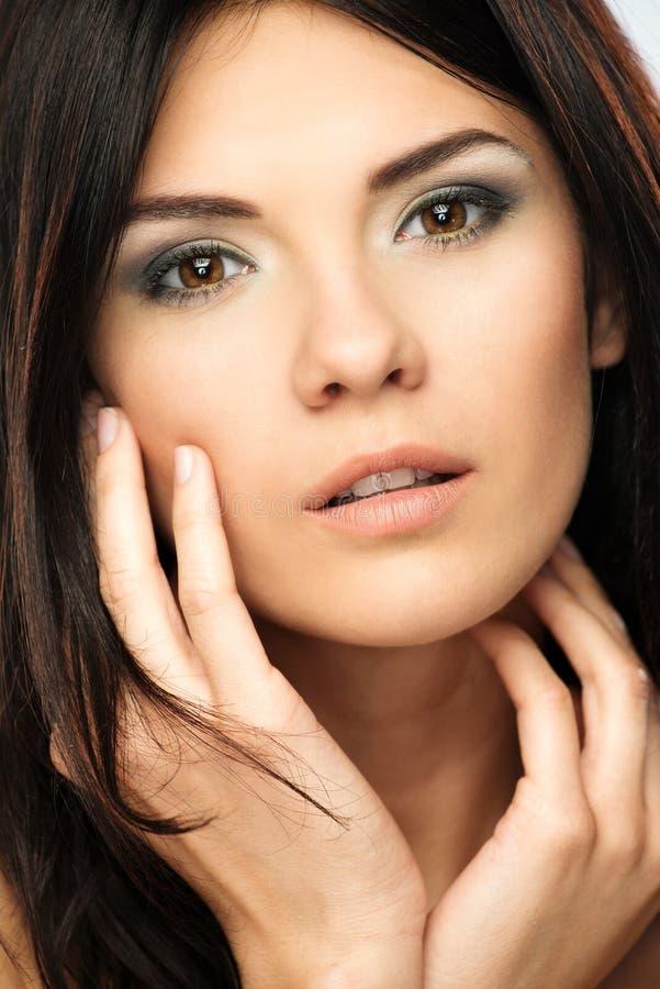 Piękna brunetki młoda kobieta zdjęcie royalty free