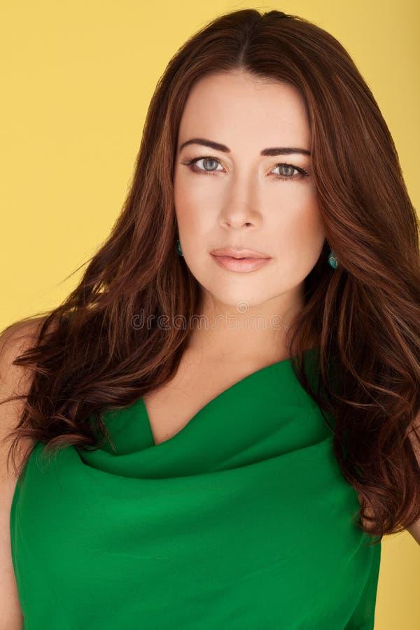 piękna brunetki sukni zieleń zdjęcia royalty free