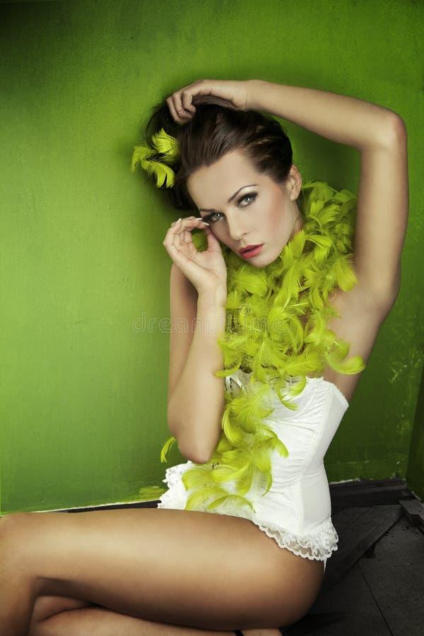 piękna brunetki zieleń nad wal obraz stock