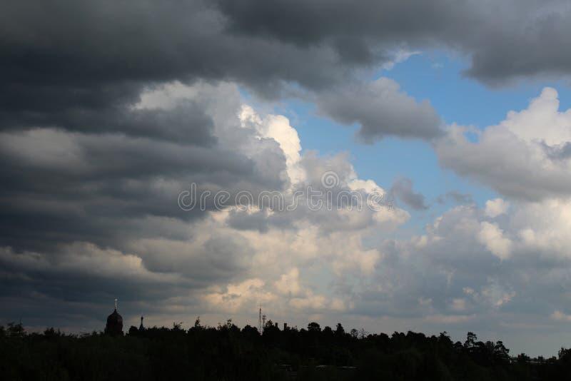 Piękna burza nad miastem w Czerwu fotografia stock