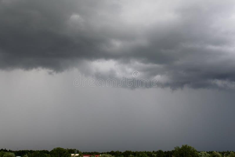 Piękna burza nad miastem w Czerwu zdjęcia stock