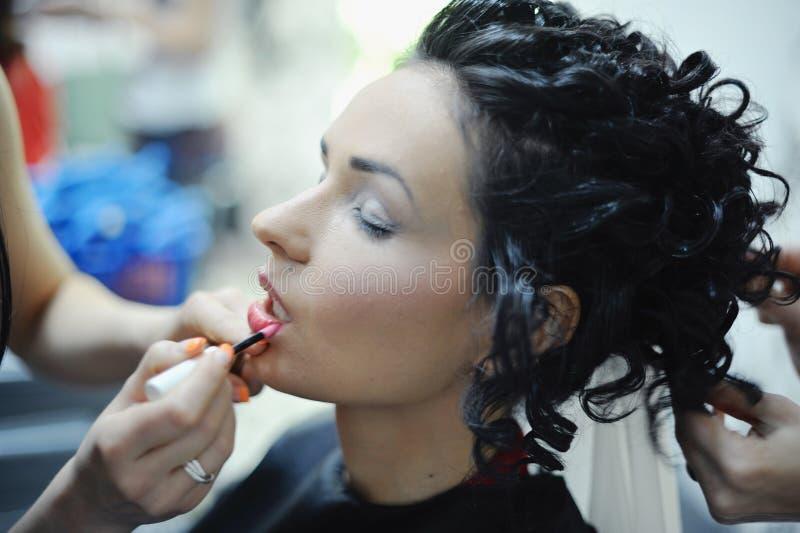 Download Piękna Caucasian Panna Młoda Dostaje Przygotowywający Dla ślubnej Ceremonii Zdjęcie Stock - Obraz złożonej z makeup, szczęśliwy: 28959684