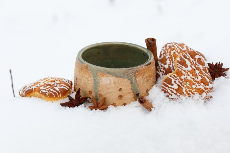 Piękna ceramiczna filiżanka, biskwitowy serce kształtował ciastka z lodowaceniem, fotografia royalty free