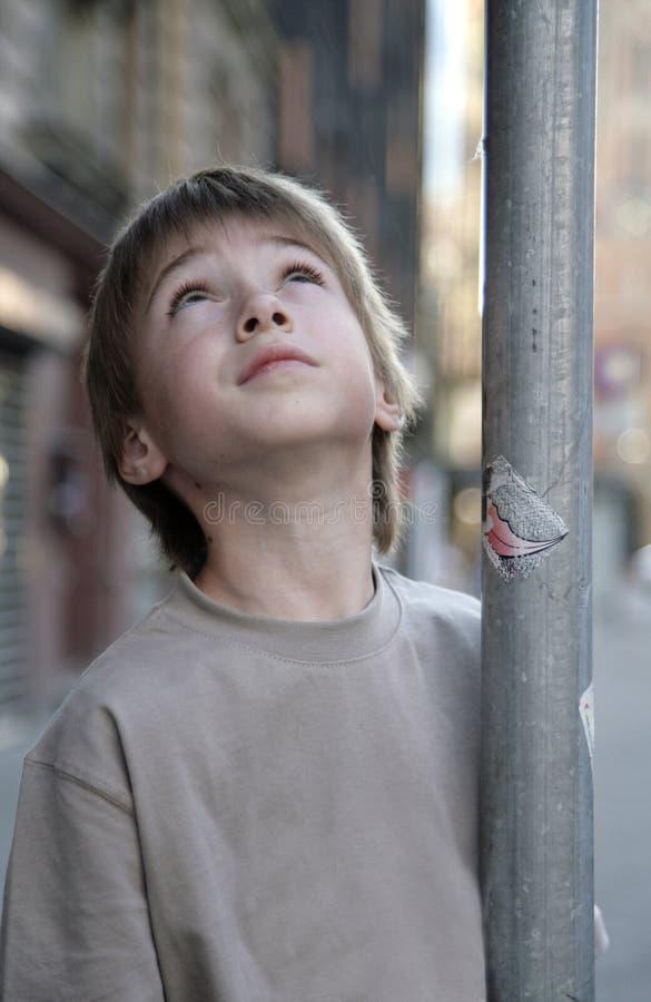 piękna chłopiec zamknięty przyglądający portret przyglądający zdjęcie royalty free