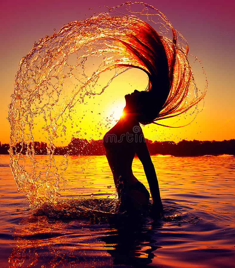 Piękna chełbotania woda z jej włosy