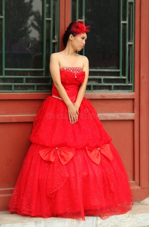 Piękna chińska kobieta w eleganckiej czerwieni sukni fotografia royalty free