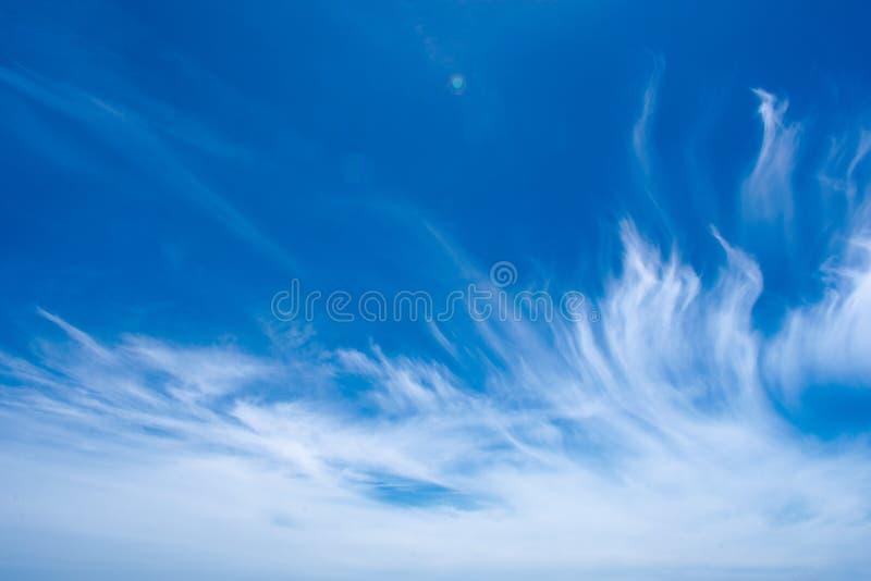 Piękna chmury formacja przeciw niebieskiemu niebu, Abstrakcjonistycznej tekstury błękitny kolor obraz royalty free