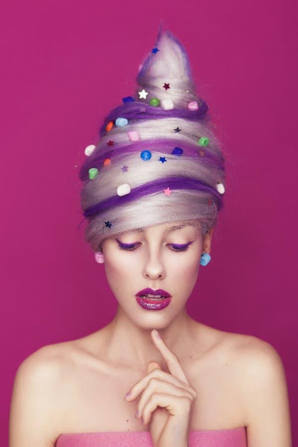 Piękna chuderlawa kobieta w kreatywnie cukierku cukierki stylu stroju: może obraz stock