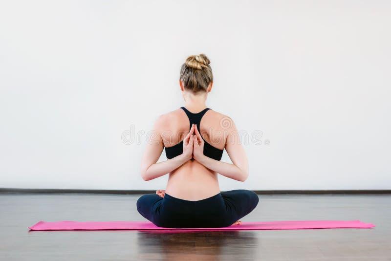 Piękna ciężarna dziewczyna robi joga ćwiczy w sprawności fizycznej studiu zdjęcie stock