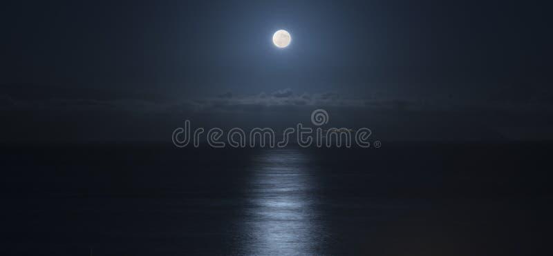Piękna ciemny światło słoneczne na morzu obrazy stock