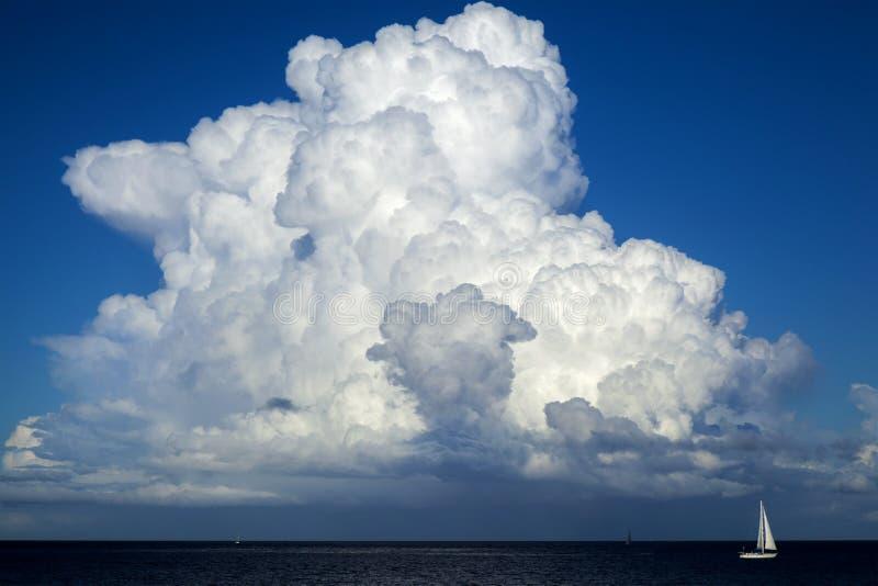 Piękna cumulus chmura nad oceanem obraz royalty free