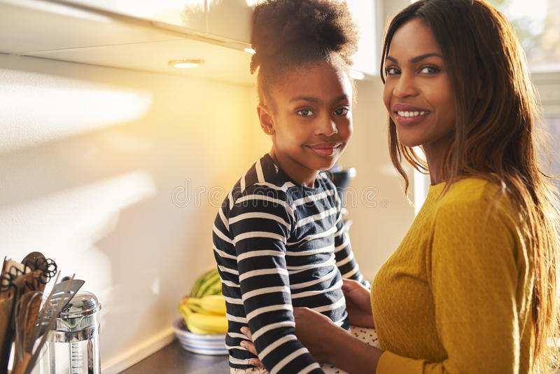 Piękna czarna mama i córka obraz stock