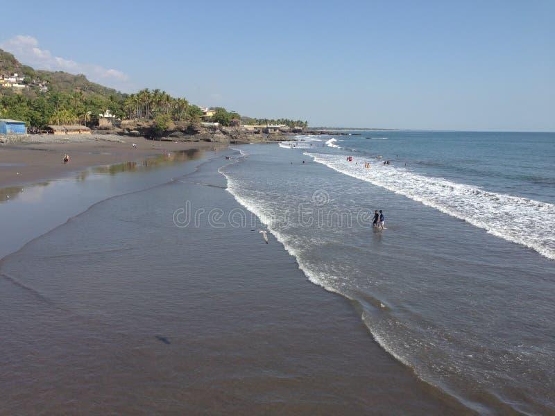 Piękna czarna piasek plaża macha kołysanie się wewnątrz zdjęcia royalty free