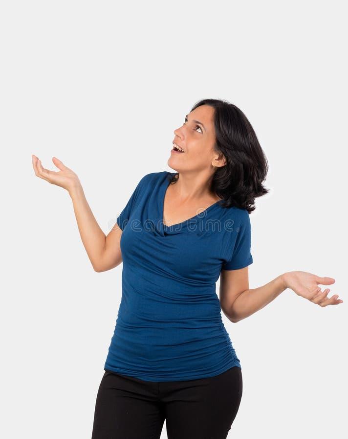 Piękna czarna z włosami kobieta z otwartymi rękami i zdziwienie na jej twarzy obrazy stock