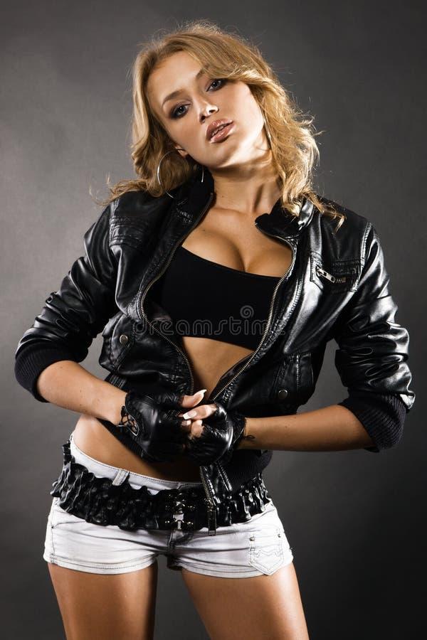 piękna czarny kurtki skóry kobieta fotografia stock