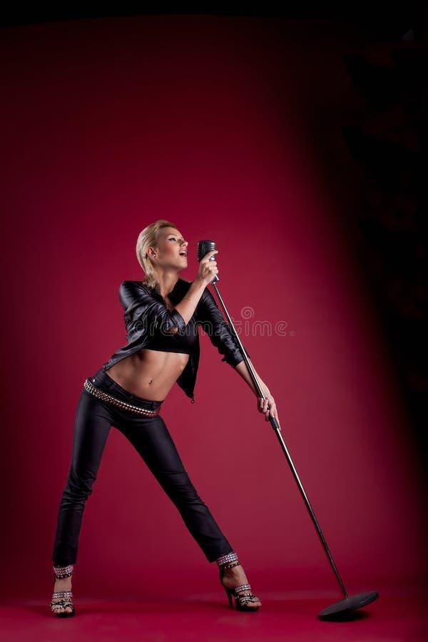 piękna czarny skóry mic czerwieni piosenkarz zdjęcia stock