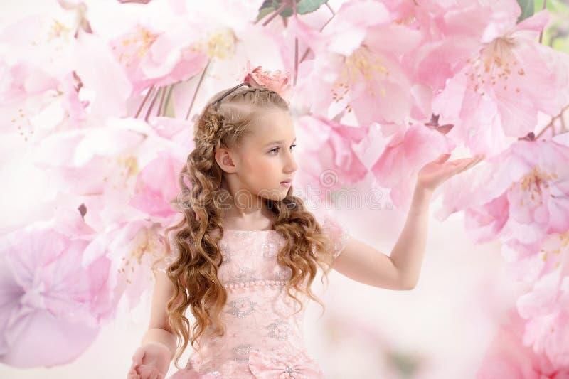 Piękna czarodziejska dziewczyna w kwiatonośnym ogródzie zdjęcia stock