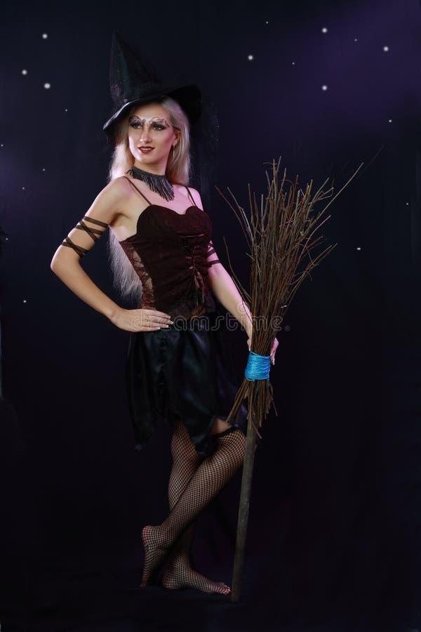 Piękna czarownicy chwyta miotła zdjęcie royalty free