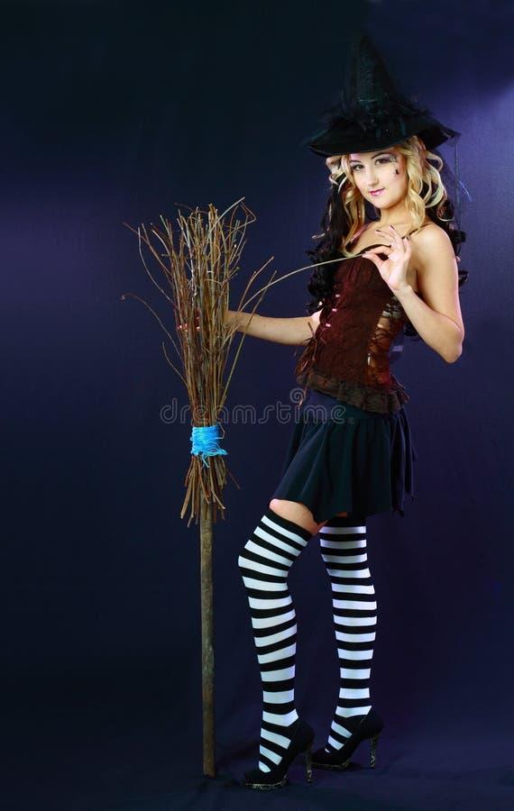 Piękna czarownicy chwyta miotła zdjęcia stock