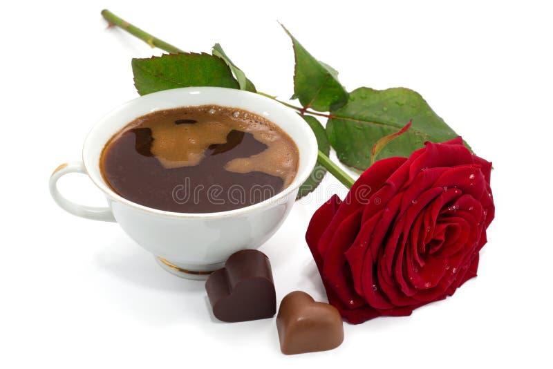 Piękna czerwieni róża, filiżanka kawy i czekoladowi cukierki odizolowywający, zdjęcia royalty free