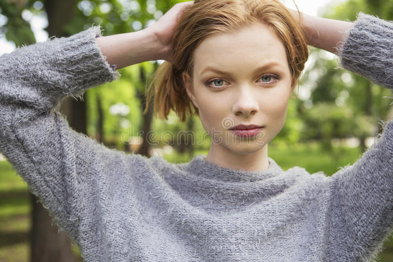 Piękna czerwona włosiana imbiru schudnięcia młoda kobieta z świeżą skórą w ca fotografia stock