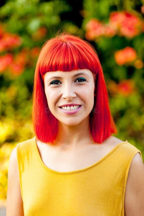 Piękna czerwona z włosami kobieta w parku obraz stock