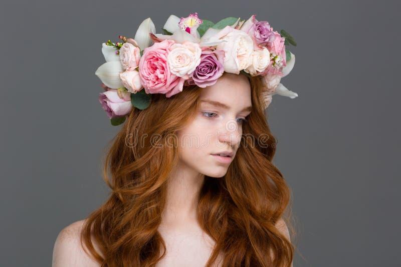 Piękna czuła kobieta z długie włosy w wianku róże zdjęcia royalty free
