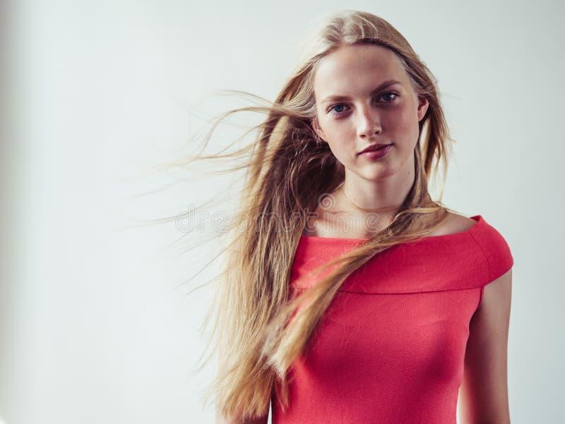 Piękna długa blondynka włosy kobieta w czerwieni sukni naturalnym nadmiernym bielu obraz royalty free