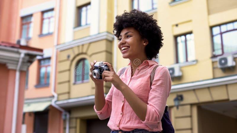 Piękna dama bierze fotografie, żeńskiego ucznia podróżowanie na wakacje, zwiedza obrazy royalty free
