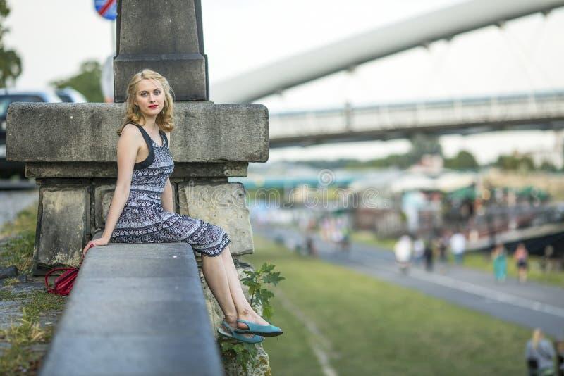 Piękna dama siedzi na quay Vistula rzece w Krakow obrazy royalty free
