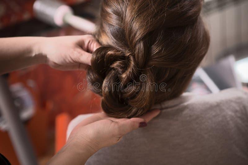 Piękna dama w fryzjerstwo barze zdjęcie stock