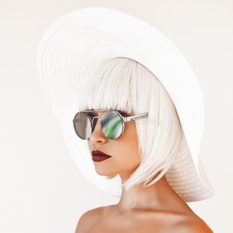 Piękna dama w kapeluszu i okularach przeciwsłonecznych obrazy stock