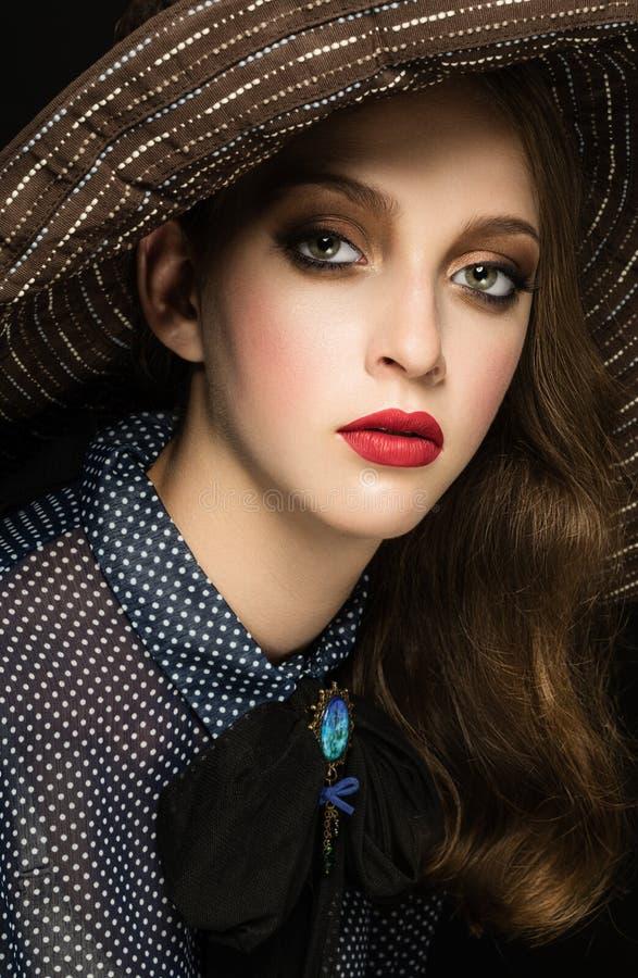 Piękna dama w kapeluszu nad ciemnym tłem Retro nostalgiczny fot zdjęcie royalty free