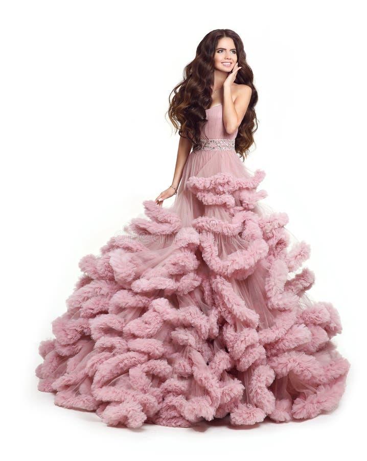 Piękna dama w luksusowej bujny menchii sukni Mody brunetki smili zdjęcie stock