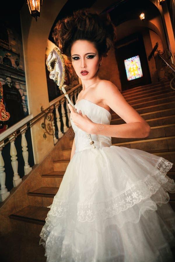Piękna dama w wieczór sukni na Weneckiej piłce obraz stock