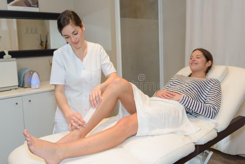 Piękna damy kosmetyczka providing procedury nogi włosy usunięcie zdjęcia stock
