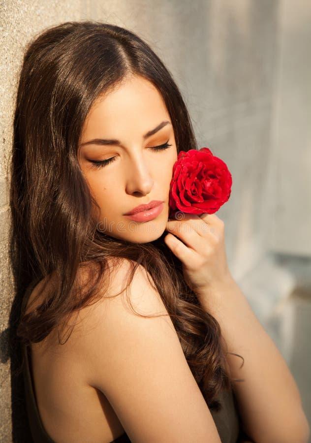 Piękna damy mienia czerwieni róża fotografia stock