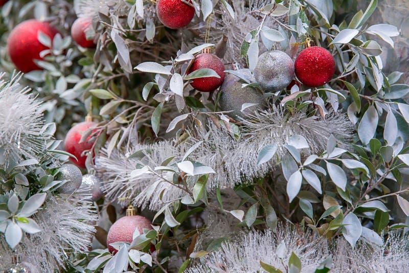 Piękna dekorująca graba i choinka przy chałupą Święta tła balowych ostrego ornamentów białe drzewo zdjęcie stock