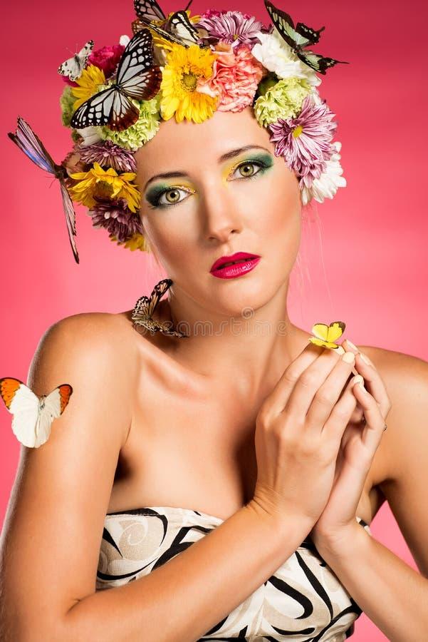 Piękna delikatna kobieta z motylami i flowres zdjęcia stock