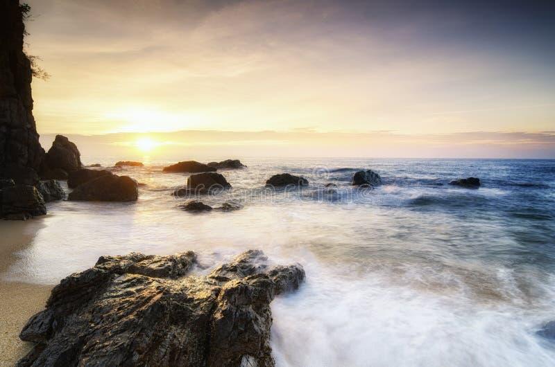 Piękna denna widok sceneria nad oszałamiająco wschodu słońca tłem światło słoneczne promień i miękkiej części ciupnięcia falowa p zdjęcie stock