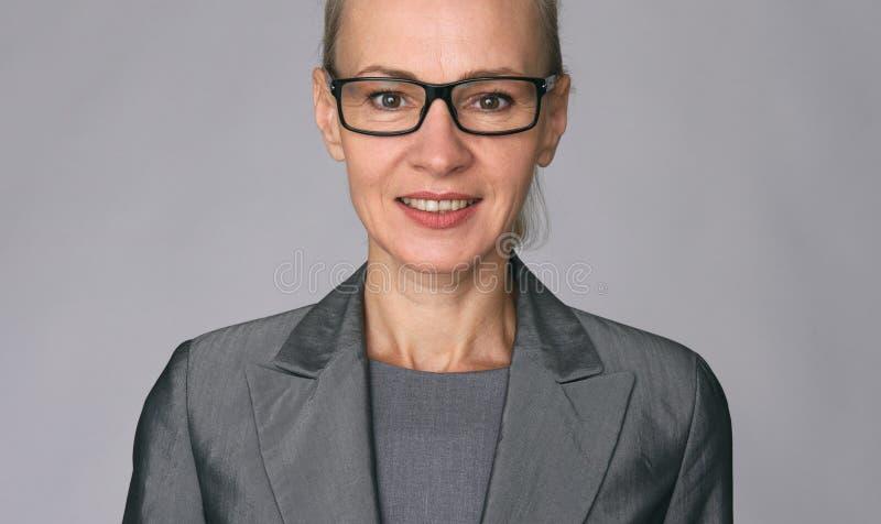 Piękna dojrzała biznesowa kobieta zdjęcia stock