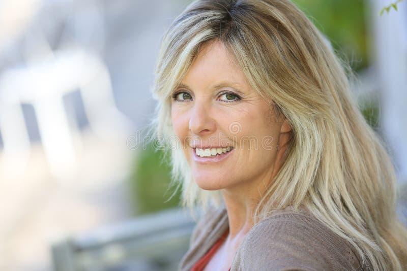 Piękna dojrzała blond kobieta cieszy się outdoors zdjęcia royalty free