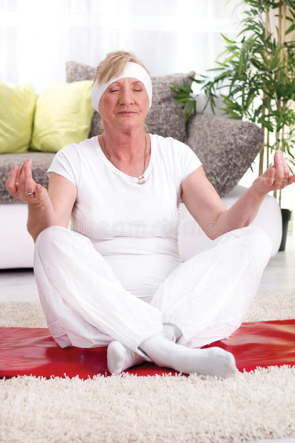 Piękna dojrzała kobiety joga lotosu poza fotografia royalty free
