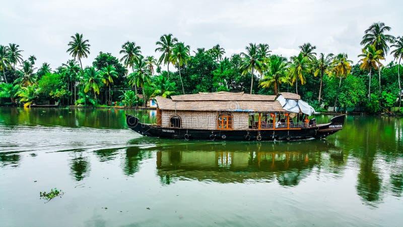 Piękna domowa łódź w stojących wodach Kerala zdjęcia stock